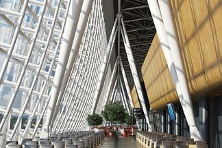 尖顶现代机场候机厅桌位