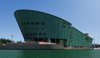 现代游泳馆大楼