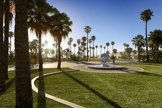现代公园草坪场景