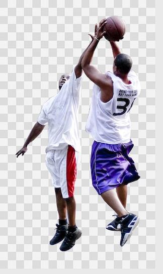 打篮球的两个男性